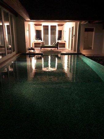 Naladhu Private Island Maldives: Night view of the pool