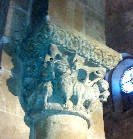 Eglise Collégiale Saint-Nicolas : Chapiteau avec des lions (?)