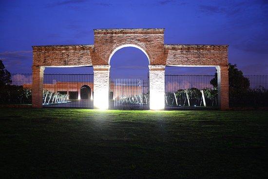 Penapolis, SP: Portal da Vinícola ao anoitecer