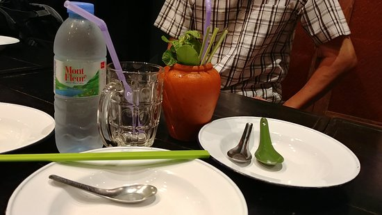 Baan Phadthai: Mojito served in a vase.