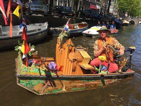 Muziekboot: a very talented musician