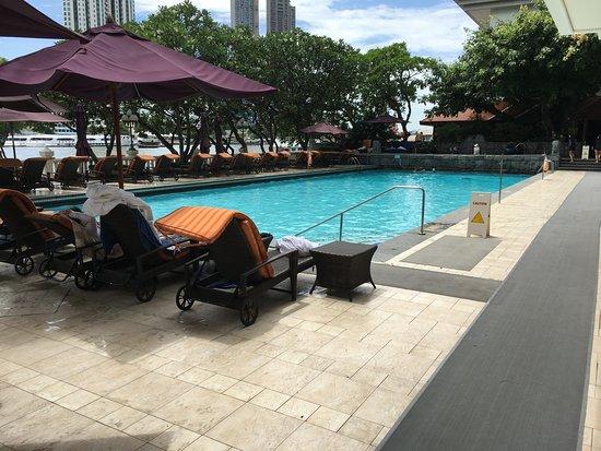 Shangri-La Hotel, Bangkok : Hardly-exciting pool.