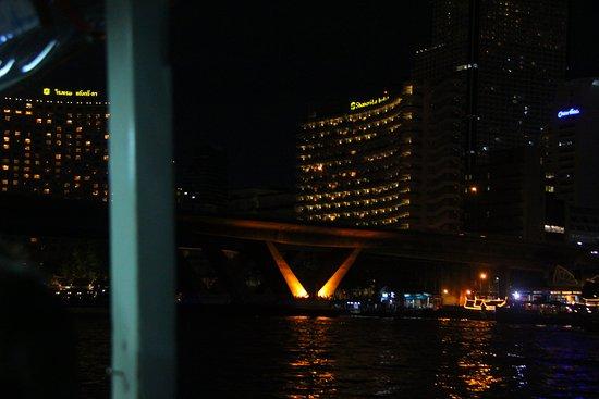 Shangri-La Hotel, Bangkok : Hotel at night