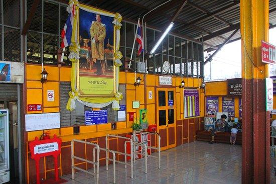 ตลาดรถไฟแม่กลอง (ตลาดร่มหุบ): Train station