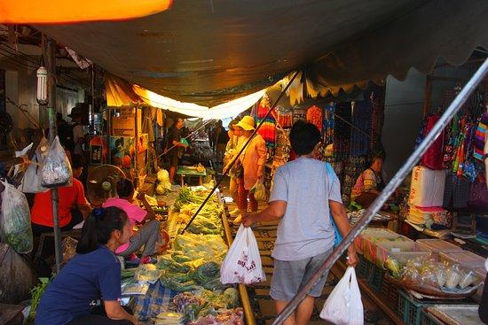 ตลาดรถไฟแม่กลอง (ตลาดร่มหุบ): Shopping along the tracks