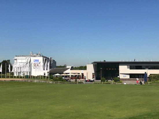 Saint-Quentin-en-Yvelines, France: Hotellet till vänster o klubbhuset till höger