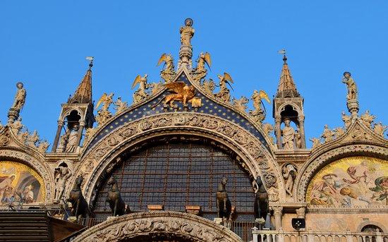 บาซิลิกาของเซนต์มาร์ค: Close-up of the facade