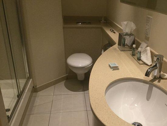 Macdonald Manchester Hotel: clean bathroom
