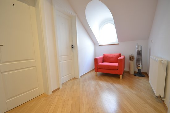 H2O Hostel: Small sitting area in front of our double rooms with shared bathroom.