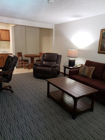 O'Cairns Inn & Suites: Deluxe Suite Living Area