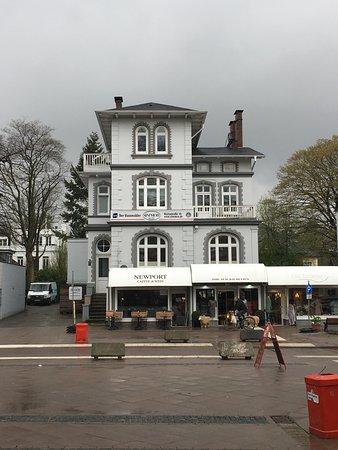 schöne Einkaufsstraße => nur kleine Geschäfte => totales Gegenteil zu modernen Komplexen