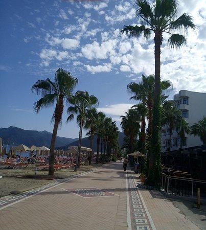 Halici Hotel: променад вдоль моря