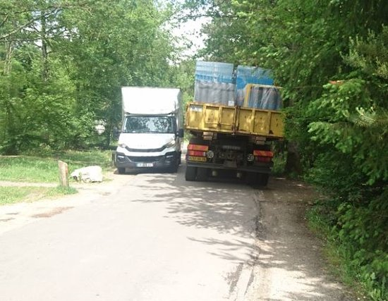 Center Parcs Les Bois-Francs: Two industrial lorries blocking the road