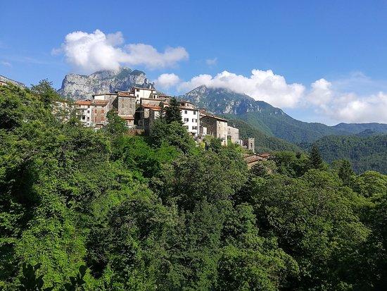 Seravezza, Italie: L'abitato di Pruno. Sullo sfondo il Monte Forato