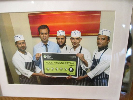 Bexley, UK: Staff proudly holding their Food Hygiene Rating Certificate
