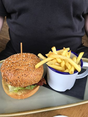The George Payne: Hunters chicken burger and chips