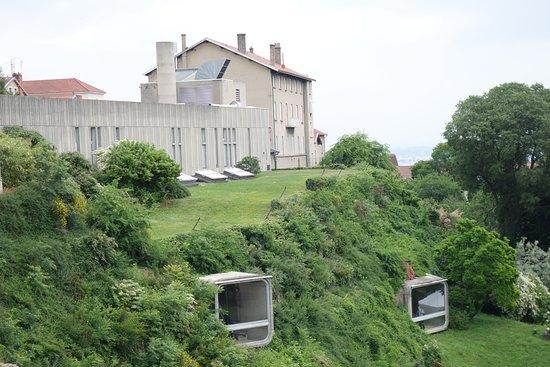 Gallo-Roman Museum: חזית המוזיאון מבצבצת מתוך צלע ההר