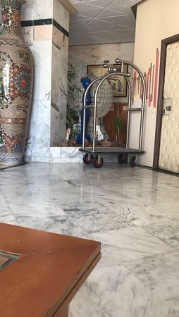 Houria Palace Hotel: We carried our own bags to the room despite there being a trolley