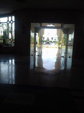 Houria Palace Hotel: Dingy and dark