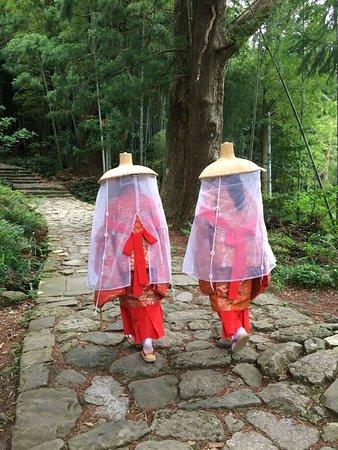 Daimonzaka: Pilgrims in period costume