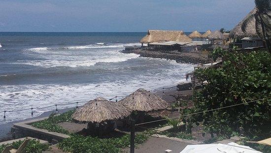 Restaurante Olor de Mar: Desde el restaurante la playa de El Zonte. From the restaurant.