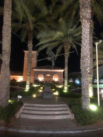 โรงแรมเดอะริทซ์คารตันดูไบ: Hotel Front at Night