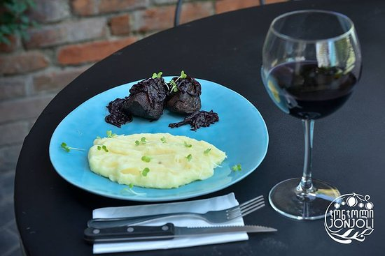 Jonjoli: Grilled Sirloin Steak in Saperavi Sauce comes with Mashed Potatoes and Cheese