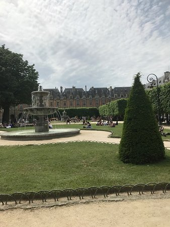 A view of the park area in the lovely Place des Vosges