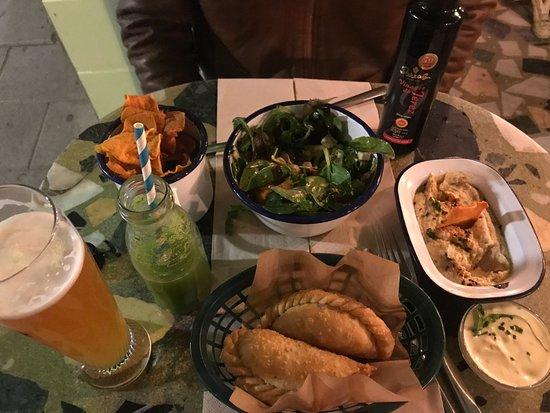 Ojala: Humus, empanadillas, cerveza