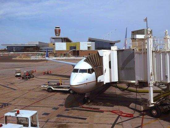 United Airlines: UA2424 737-900 FC - #3806 at Gate 5