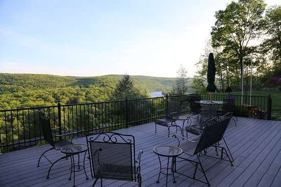 Barryville, NY: Every guest has this view on the public patio