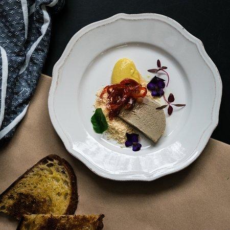 Isolina: Paté con mermelada de pimientos rojos, mostaza Dijon y pan de masa madre