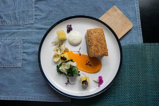 Isolina: Pork Belly, puré de zanahoria, flor de itabo y piña encurtida.