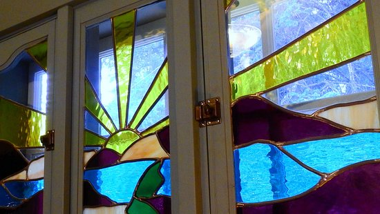 The Craftsman House : Ravvin room features beautiful stained glass
