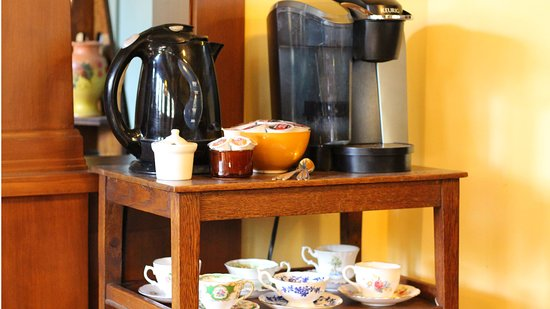 The Craftsman House: Coffee and tea available to all guests in addition to a full continental breakfast