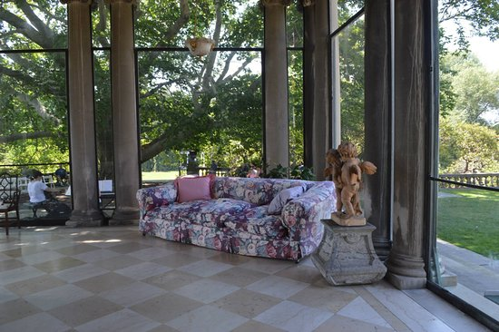 Old Westbury, NY: glass covered patio type room