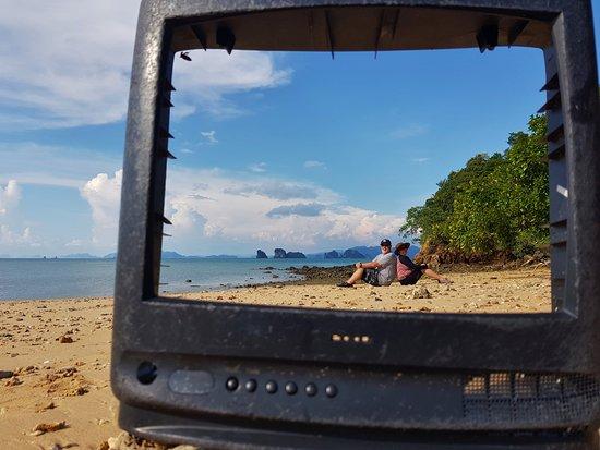 เกาะห้อง: Our tour guide found this and set up the photo