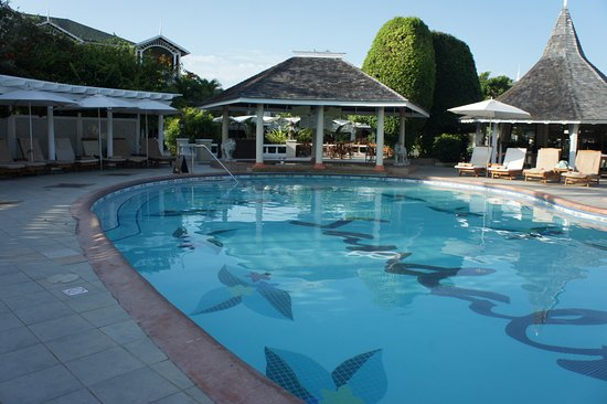 Sandals Royal Caribbean Resort and Private Island: pool bar