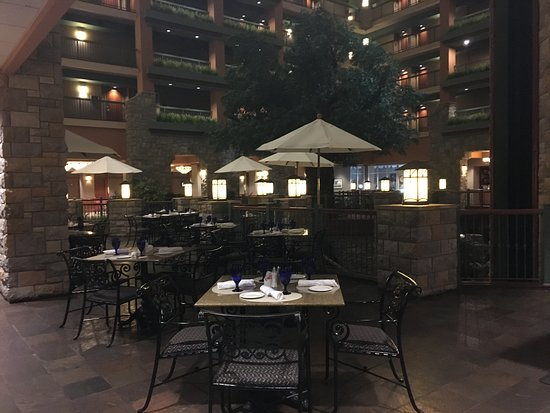 Chateau on the Lake Resort Spa & Convention Center: Atrium Dining
