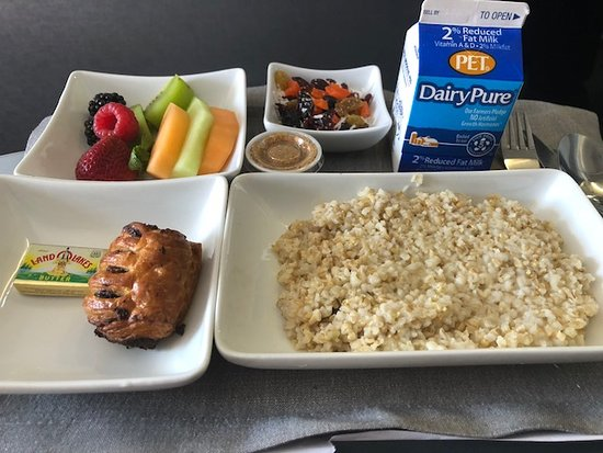 American Airlines : good oatmeal and chocolate crossant and fruit