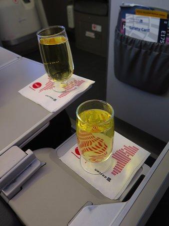 United Airlines: UA5320 ERJ-175 SFO to PHX - Wine