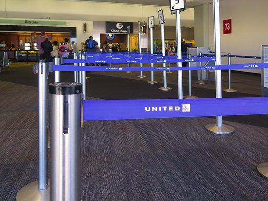 United Airlines: UA5320 ERJ-175 SFO to PHX - SFO Gate 73A