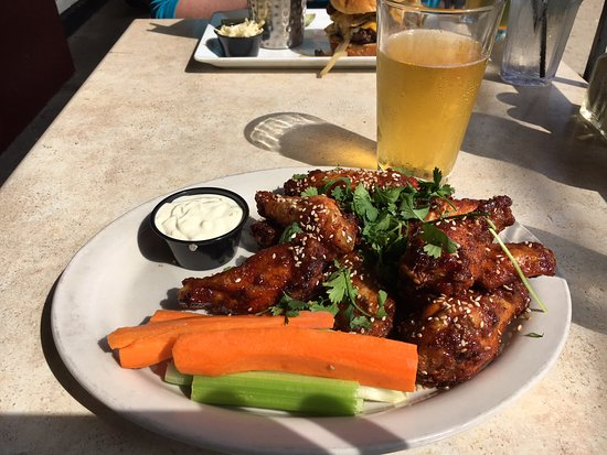 Whistling Willie's American Grill: Wings and a nice cold beer