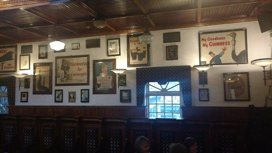 Nancy Hands Bar & Restaurant: decor