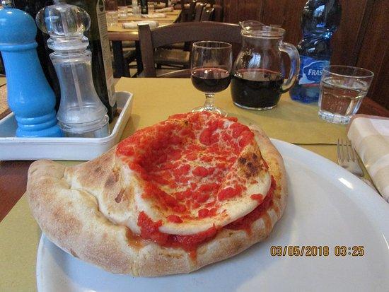 Trattoria Pizzeria San Gallo : Calzone and wine