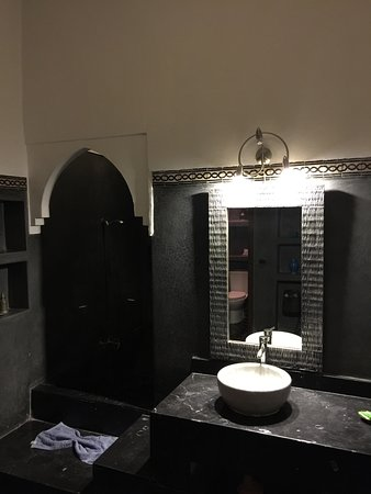 Riad Amin: Bathroom (bath tub on the left)