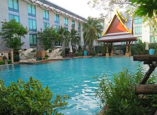 Novotel Bangkok Suvarnabhumi Airport: สระว่ายน้ำของทางโรงแรมจะอยู่ที่ชั้นสอง ร่มรื่นด้วยต้นไม้นานาพันธุ์ ครับ