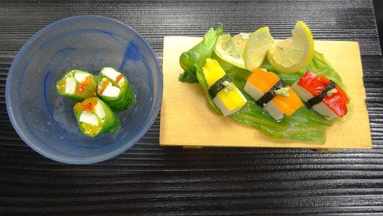 Okamezushi: 普通のお寿司に見えますか?but これは ベジタリアン様用に作った「豆腐鮨」。魚に見えるのも・・全部お野菜で作りました。飛騨永のボールにあるのもすべて野菜と豆腐のみです。涼しげな逸品は一般のお