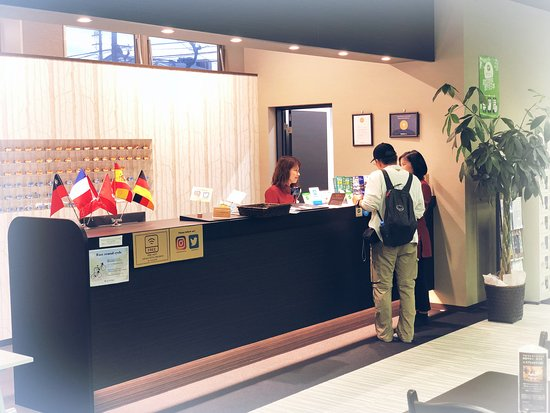 Capsule Hotel Hakodate: Front desk/フロント we have many maps and recommendations