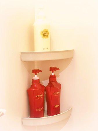 Capsule Hotel Hakodate: Shower room has shampoo, conditioner, body soap/女性シャワールームには椿のシャンプーリンスあります